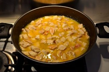 bocconcini di pollo irrorati con il succo di arancia