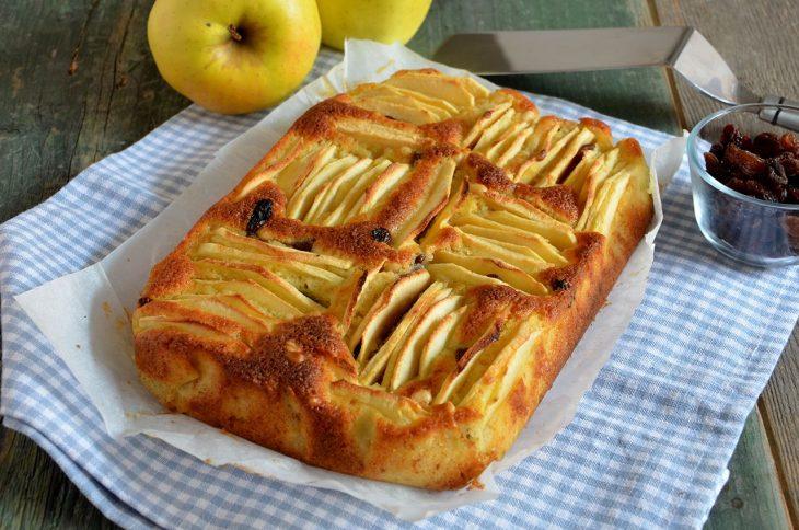 Torta di mele con pinoli e uvetta