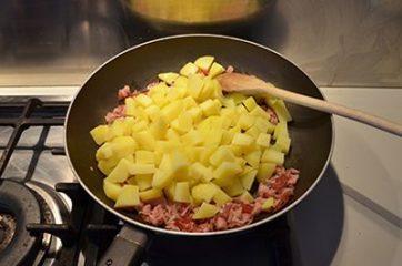 Torta salata con patate, speck e scamorza 5