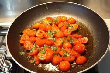 passaggio-5-maccheroncini-con-pomodori-da-pendola