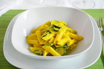 Pasta ricotta zucchine e curcuma