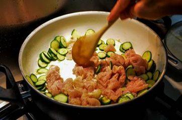 Bocconcini di pollo con zucchine 6