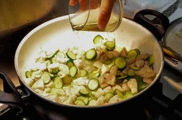 Bocconcini di pollo con zucchine 7