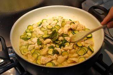 Bocconcini di pollo con zucchine 8