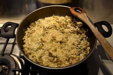 risotto ai carciofi mantecato con olio e parmigiano