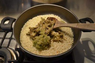 aggiunta dei carciofi al risotto