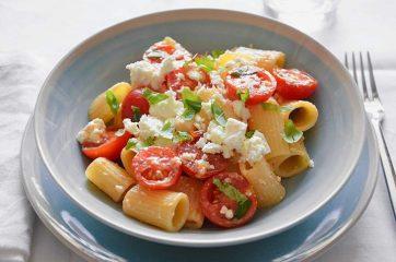 Insalata di pasta con pomodorini e feta