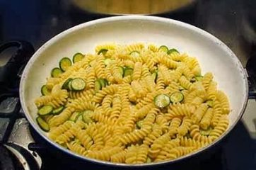Pasta con zucchine e salsiccia 5
