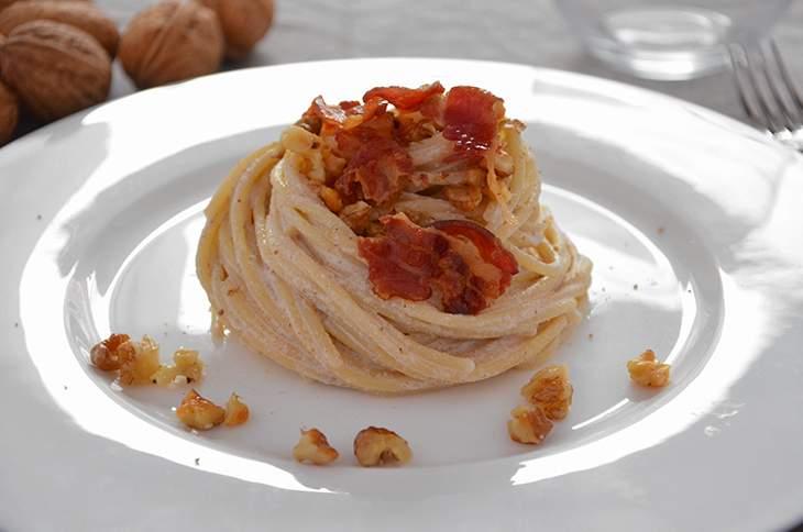 Pasta con crema di noci e pancetta