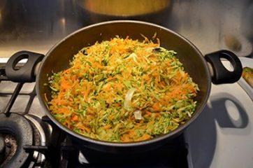 Spaghetti di riso con gamberi e verdure 5