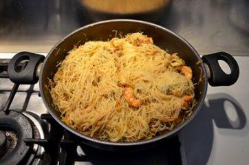Spaghetti di riso con gamberi e verdure 8