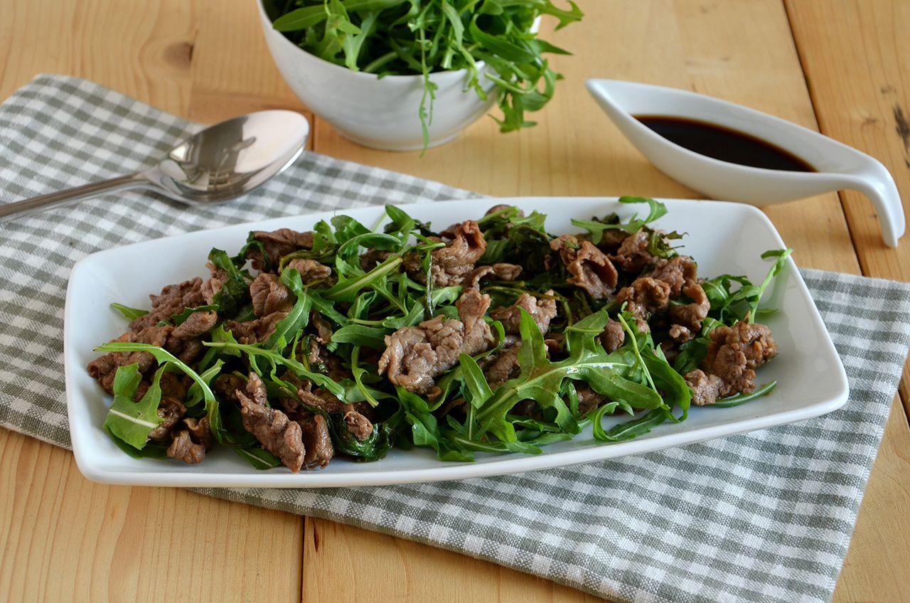 Straccetti di manzo con la rucola la ricetta della for Cucina italiana ricette carne
