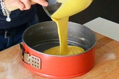 Torta all'arancia: versare l'impasto in una teglia apribile ben imburrata