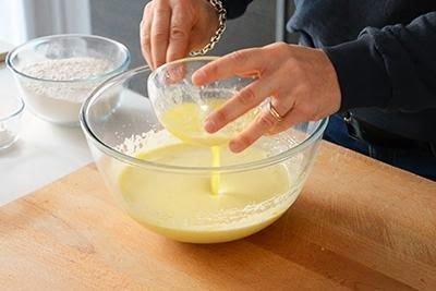 Torta all'arancia: aggiungere il burro fuso fatto intiepidire