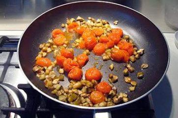 Pasta con melanzane pomodorini e tonno 9