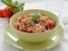 Insalata di orzo, pomodorini e mozzarella
