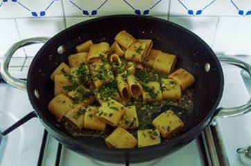 Pasta acciughe e pistacchi 7