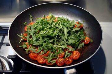 Pasta con pomodorini scamorza e rucola 4