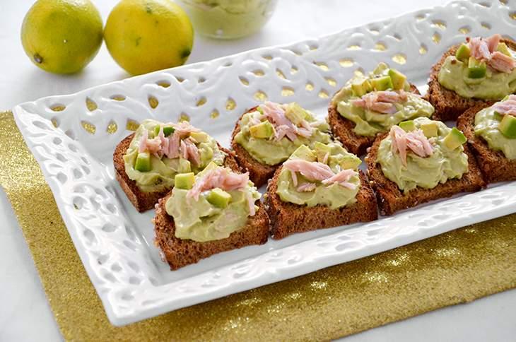 Crostini con crema di tonno e avocado