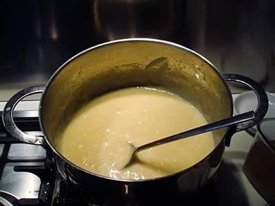 Crema di patate con funghi: profumare con noce moscata, spegnere la fiamma e lasciare riposare