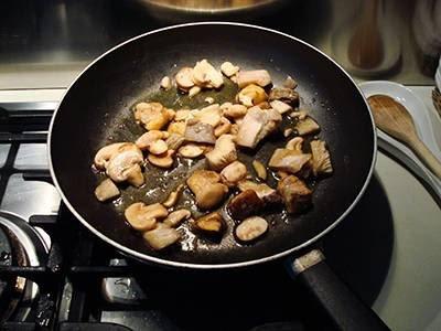 Crema di patate con funghi: unire i funghi