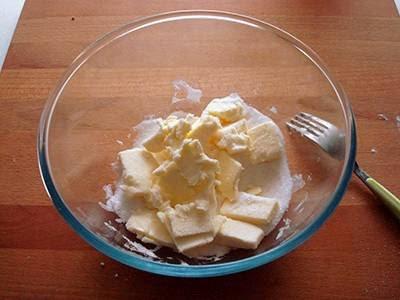 Crostata di cioccolato e more: lavorare in una ciotola burro morbido e zucchero
