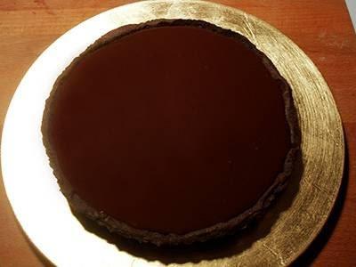 Crostata di cioccolato e more: versare nel guscio di frolla la crema al cioccolato
