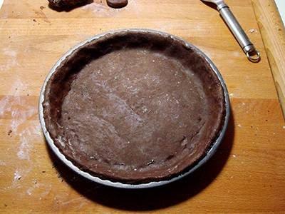 Crostata di cioccolato e more: adagiare la frolla in uno stampo e cuocere in forno preriscaldato