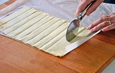 Tagliare 11-12 strisce aiutandovi con un tagliapasta