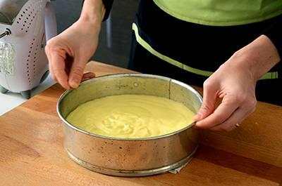 Imburrare uno stampo a cerniera del diametro di 24 cm e versare dentro l'impasto