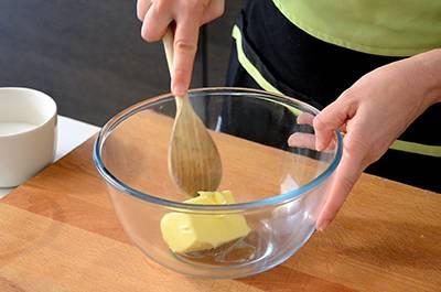 Lavorare il burro morbido in una ciotola capiente con un cucchiaio di legno