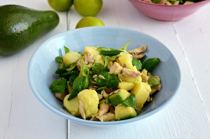 Insalata di pollo, patate e avocado