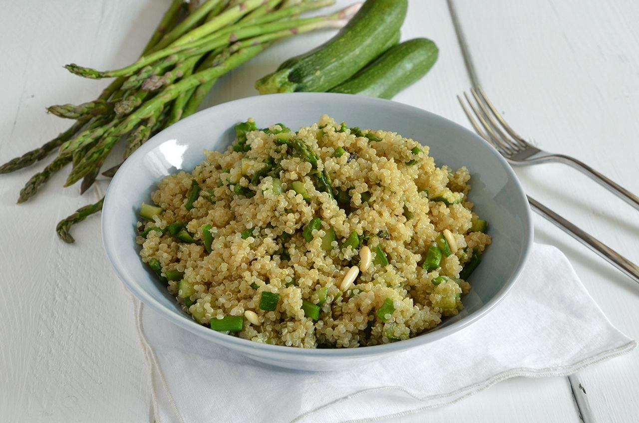 Insalata di quinoa con asparagi e zucchine