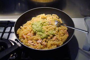 Pasta con salmone e avocado 5