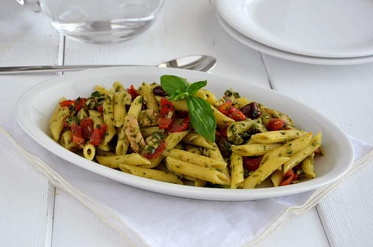 Insalata di pasta con tonno, pomodori e basilico