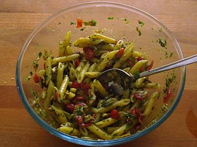 Insalata di pasta con tonno, pomodori e basilico 5