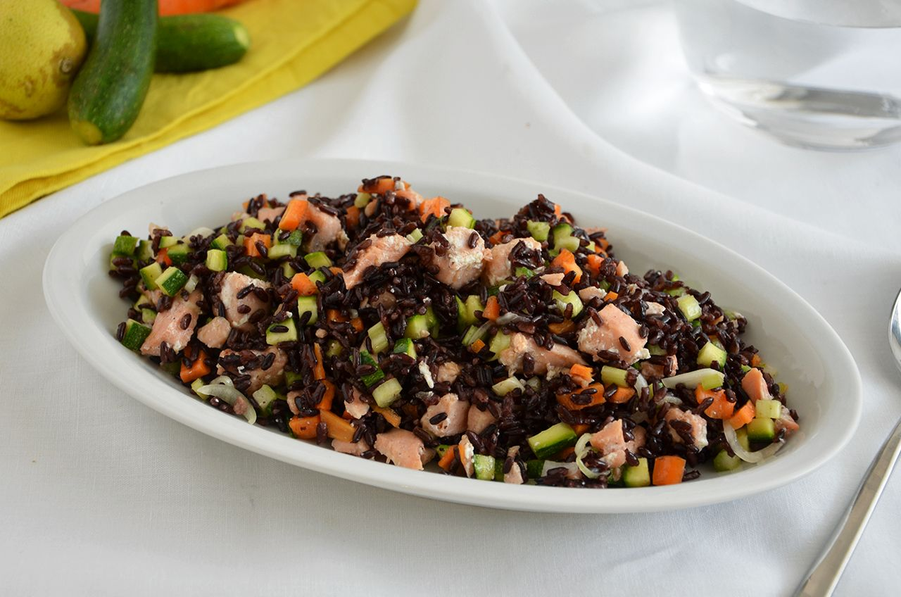 Riso venere con salmone e verdure