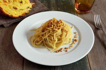 Pasta con burro, alici e panettone