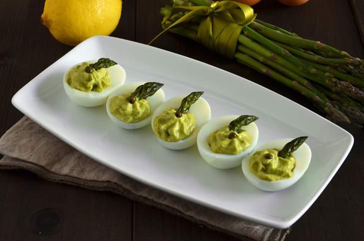 Uova ripiene di crema di asparagi