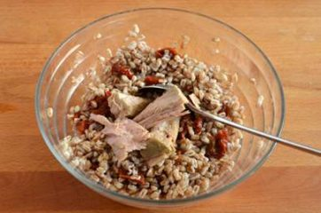 Farro con pomodori secchi tonno e rucola 3