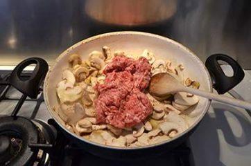 Treccia di sfoglia con funghi e salsiccia 4