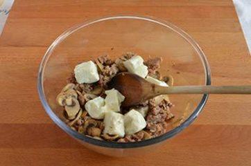 Treccia di sfoglia con funghi e salsiccia 5