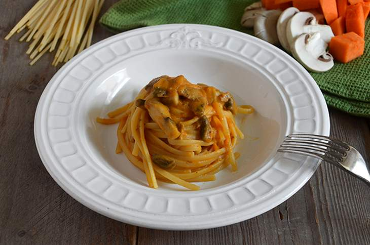 Pasta con crema di zucca e funghi